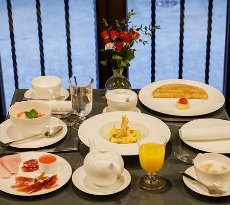 Petit-déjeuner au EME Catedral Mercer Hotel